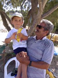 Guido e il suo amico Yannis, che ci affittava ogni giorno l'ombrellone e i lettini